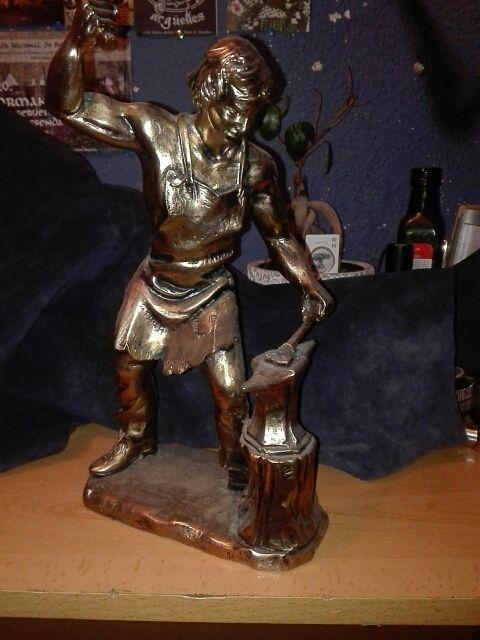 figura herrero color latón