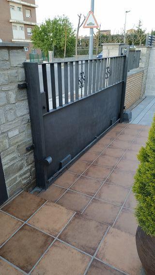 puerta corredera de hierro forjado con motor