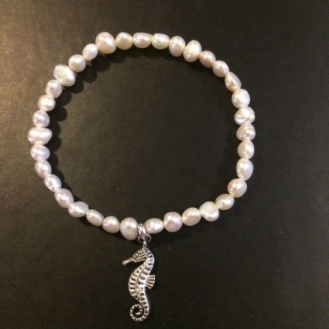 9c87c8dc0a53 Pulsera de perlas barrocas y caballito de plata de segunda mano por ...