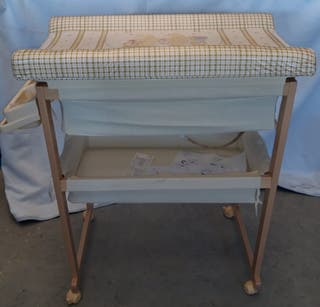 Cambiador de madera con bañera para bebé
