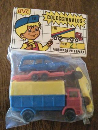 camión con remolque y dos coches