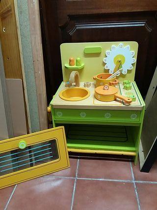 Cocina de madera y juguetes de cocina