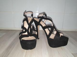 Sandalias negras de tacón.