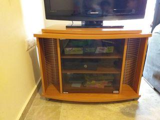 mesa de television con puerta de cristal
