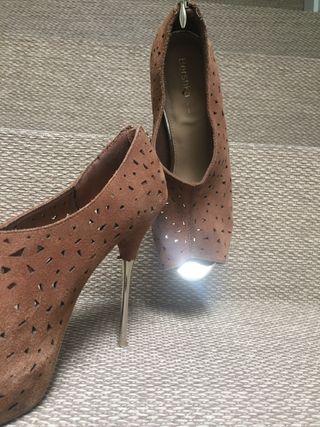 Zapato de tacón tobillera. talla 40