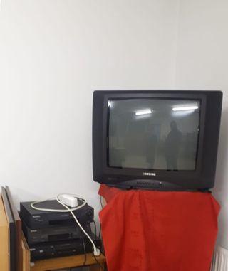 TV, colección de cintas VHS y reproductores