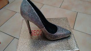 zapatos plateados nuevos