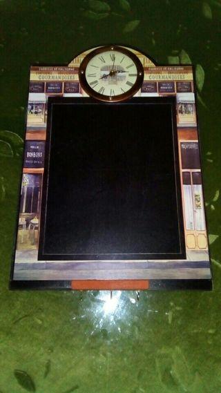 Cuadro pizarra con reloj y colgadores (45 x 30 cm)