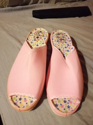 Zapatillas rosas de estar por casa
