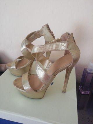 zapatos de tacón dorado