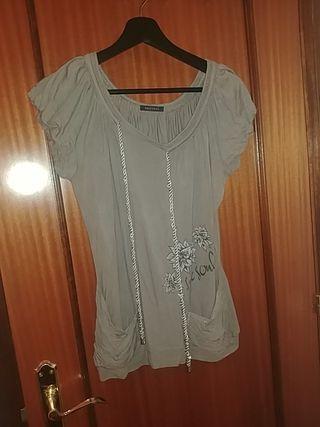 blusa gris ancha con bolsillitos M