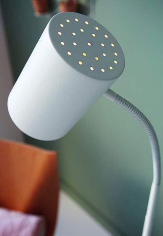 Lámpara de pie Philips con bombilla bajo consumo.