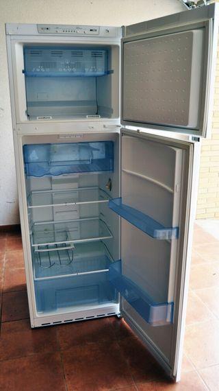 Frigorifico BALAY 2 puertas con congelador arriba.