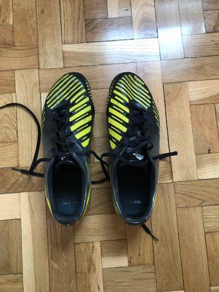 Botas de fútbol con tacos Adidas.