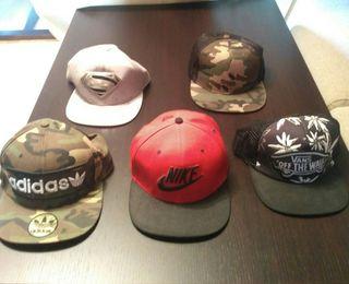 Gorras de varias marcas.