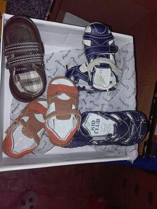 Sandalias y zapatos niño.