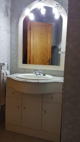 Mueble de baño con espejo seminuevo