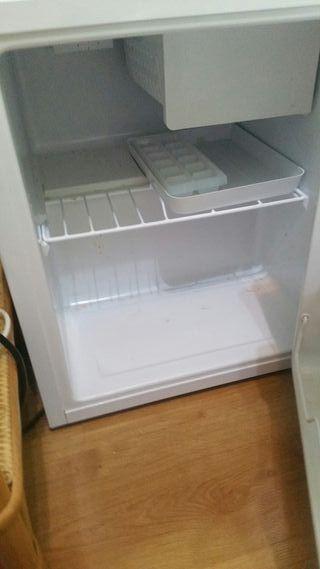 Frigorífico pequeño con cajón y congelador