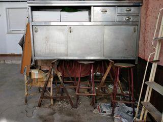 un mueble bar de acero inoxidable