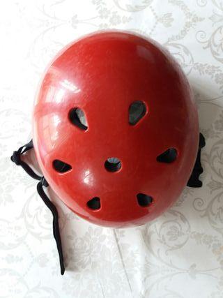 Casco rojo infantil para patinar