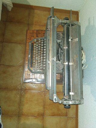 maquina de escribir rooy muy antigua