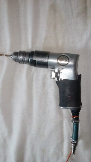 Taladro atornillador neumático.