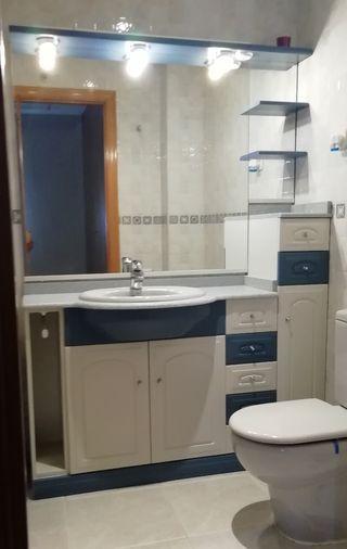 Conjunto mueble de baño con espejo.