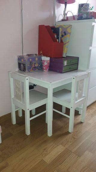 Mesa y 2 sillas color blanco para niños