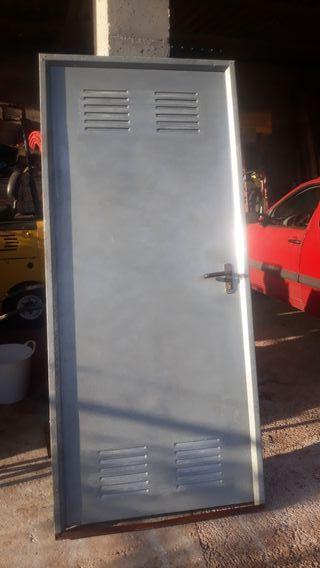 Puerta de chapa galvanizada.