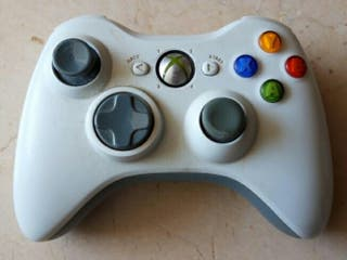 Xbox 360, mando inalámbrico y juegos.