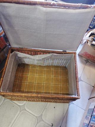 antiguo baúl de mimbres y bambú