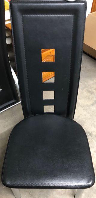 Mesa con 4 sillas.