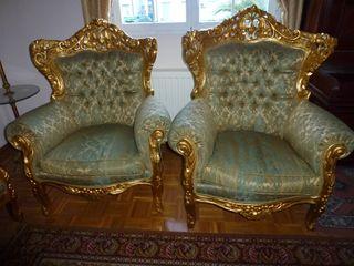 Dos sillones y un sofá