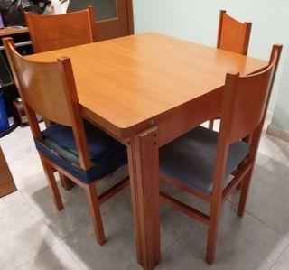 mesa y las sillas de comedor