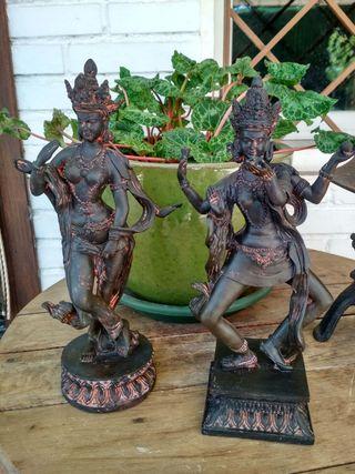 Estatuas de bailarinas asiáticas en resina