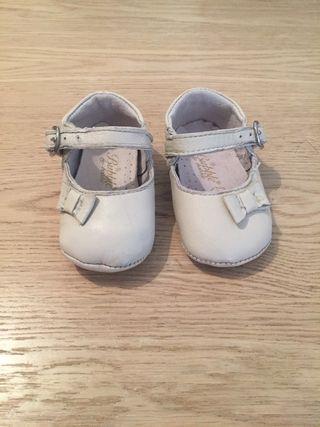 Zapatos bebé blancos nuevos num. 18