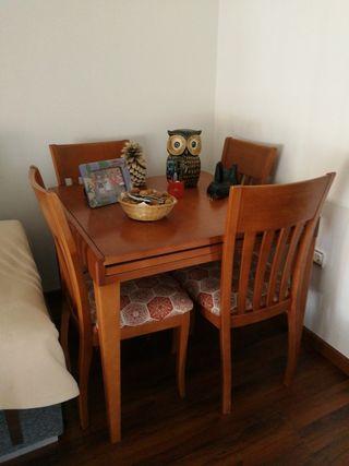 Mesa de salón y 4 sillas