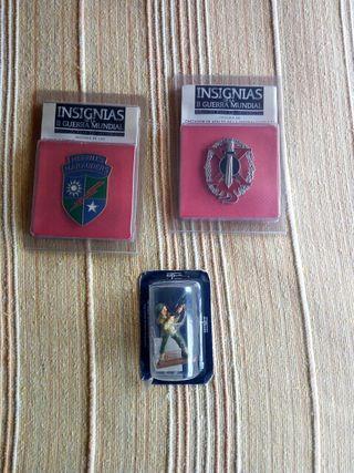 Reproducciones de insignias y figura militar