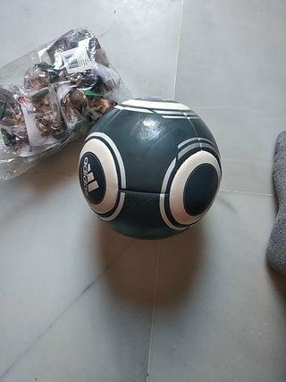 Plantilla del Real Madrid y balón firmado por kaka