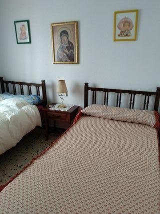 Dos camas y mesita de noche