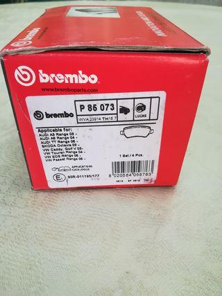 Pastillas de freno traseras de la marca Brembo