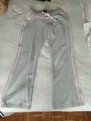 Pantalón gris y rosa chándal Adidas.