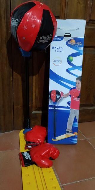 Saco de boxeo con sus guantes para niño
