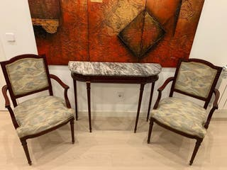 Recibidor con espejo, sillas y mesa de centro