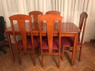 Mesa de comedor de madera y sillas