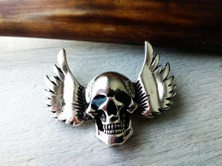 PIN EN METAL SKULL WINGS ROCK