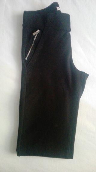 Pantalon pitillo negro.