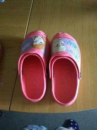 Zapatillas playa niña.