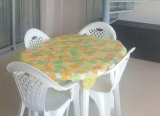 mesa ovalada y dos sillas