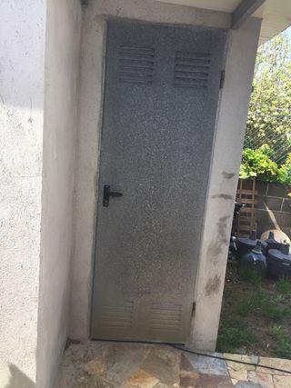 Puerta galvanizada.